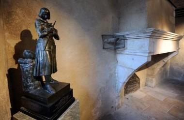 la-statue-de-jeanne-d-arc-le-4-janvier-2012-dans-sa-maison-natale-a-domremy-dans-les-vosges.jpg